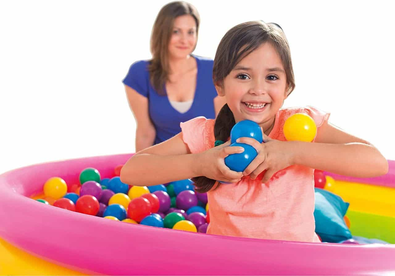 bambina gioca con le palline colorate intex