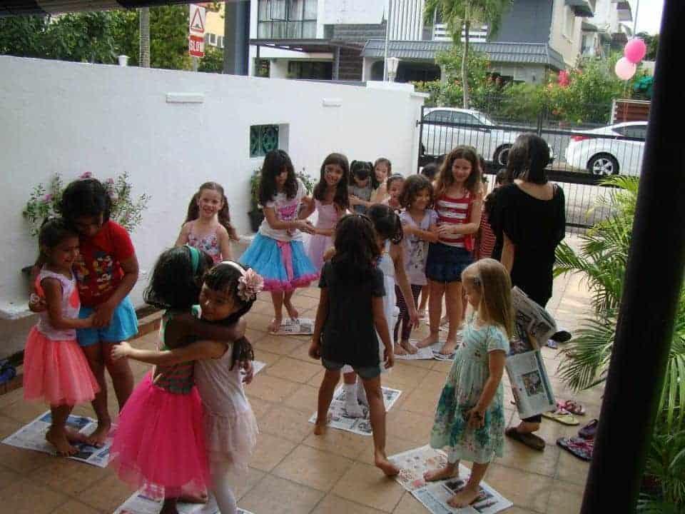 bambini giocano al gioco delle isole con fogli di giornale